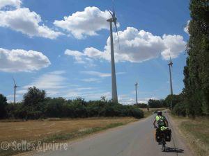 Journée dans les champs d'éoliennes