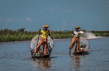 Pêcheurs traditionnels prenant la pose, lac Inle